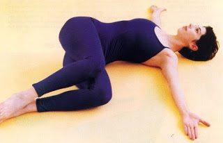 fekvő gerinccsavarás, gerinccsavaró gyakorlat, gerincjóga, gerinccsavaró jógagyakorlat