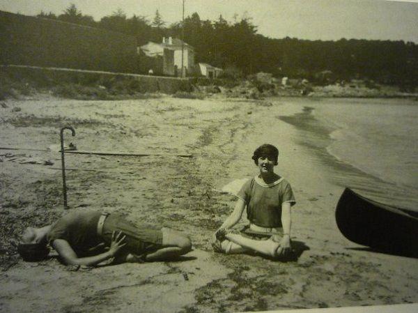 Jóga fotó: két nő jógázik a tengerparton